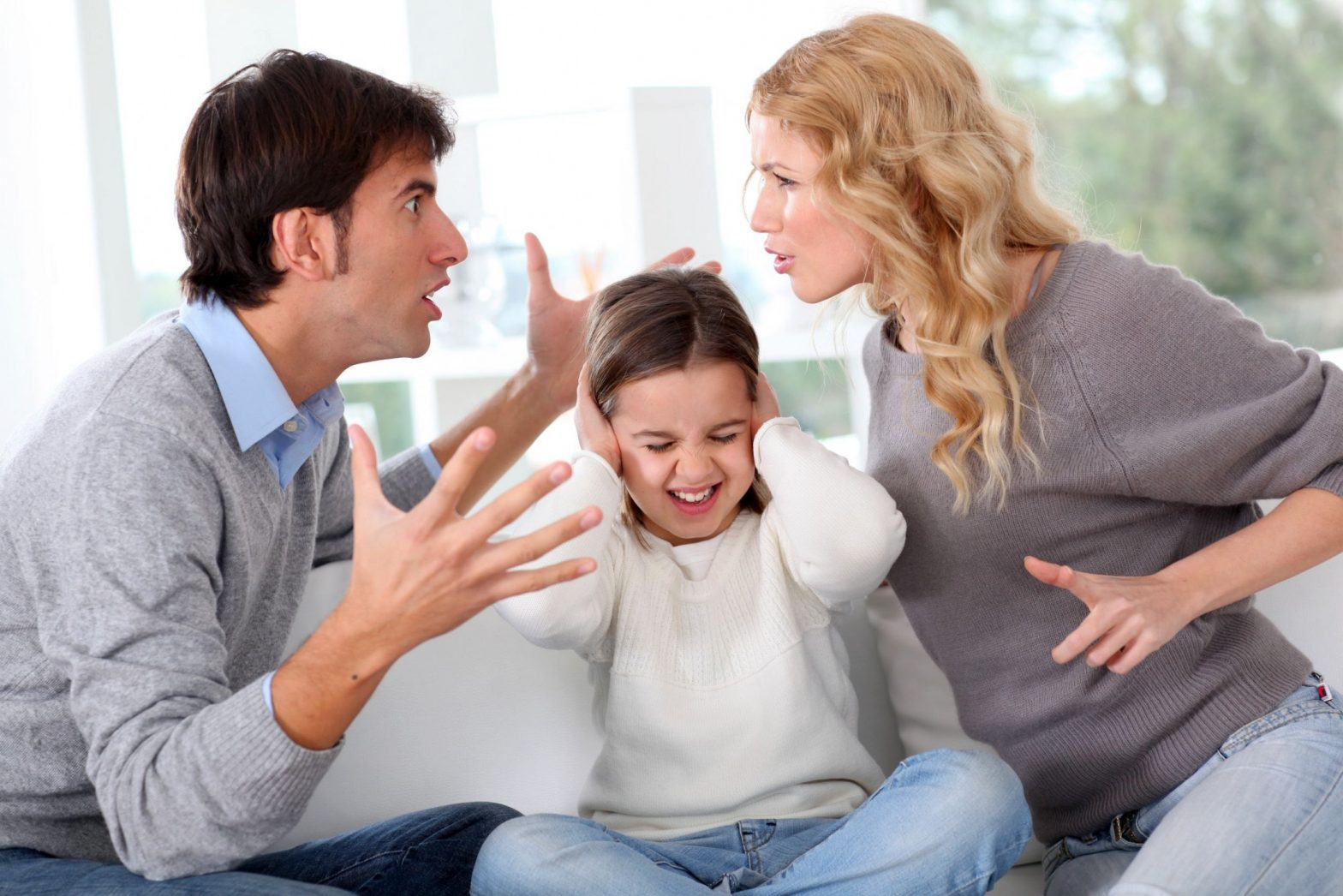 pareja-peleando-hija-enmedio